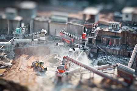 チルトシフト鉱山採石場で働くトラック、写真に影響を受けます。 写真素材