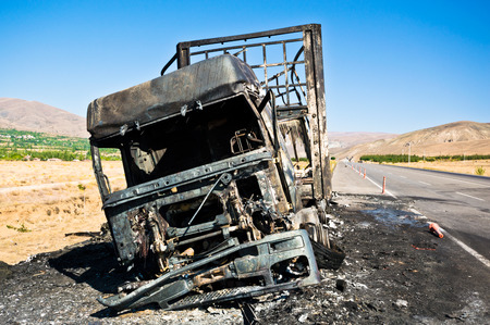 quemadas: Burned truck waiting on road. Foto de archivo