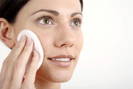 Mujer limpiando su cara