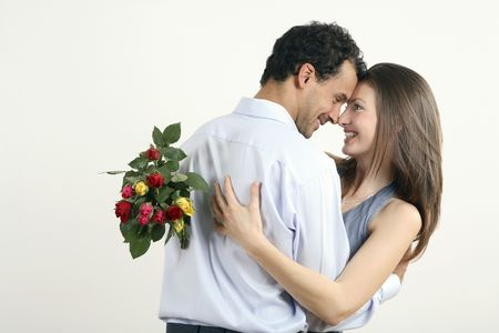 Mujer abrazos hombre para darle un ramo de flores