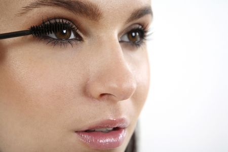 女性彼女のまつげにマスカラーを適用します。 写真素材