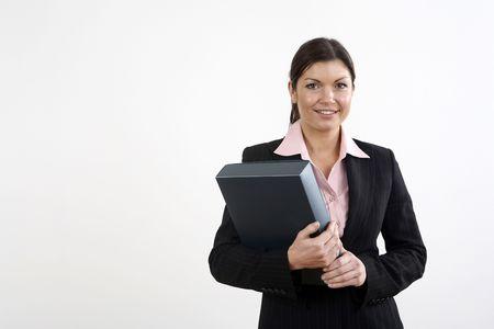 Empresaria sonriendo mientras expediente de explotaci�n