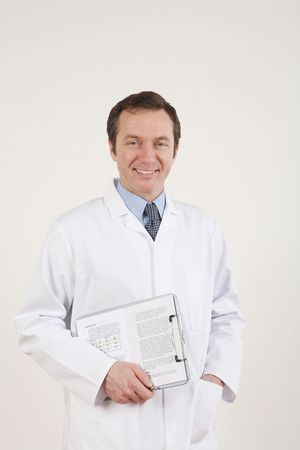 El hombre en bata de laboratorio la celebraci�n de un portapapeles