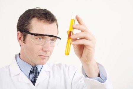 テスト チューブに液体を調べる男