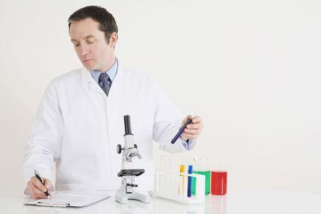Hombre por escrito los resultados de la ciencia experimental