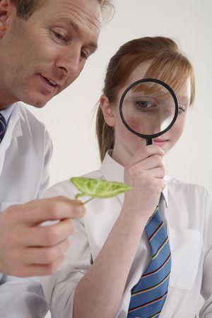 実験室の女の子に説明を与える男