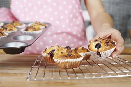 Mujer a la transferencia de los muffins wirerack