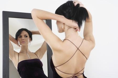 Mujer vestido de noche en la puesta en collar