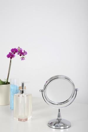 produits de beaut�: Face miroir et de produits de beaut� Banque d'images