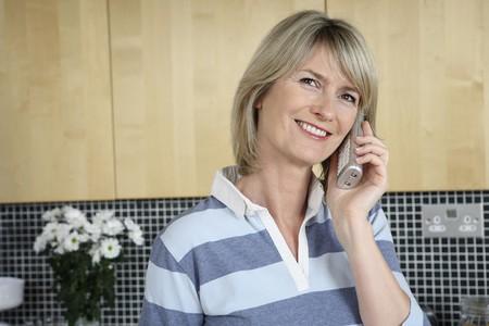 女性が電話で話している笑みを浮かべて 写真素材