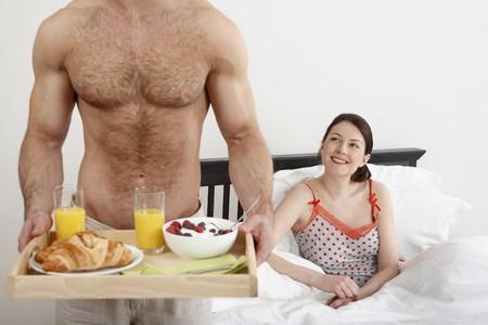 Mann, ein Fach für Frühstück, Frau lächelt, während Sie Standard-Bild - 4111297