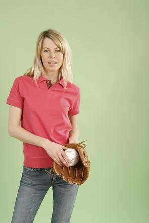 gant de baseball: Femme tenant baseball et gant de baseball Banque d'images