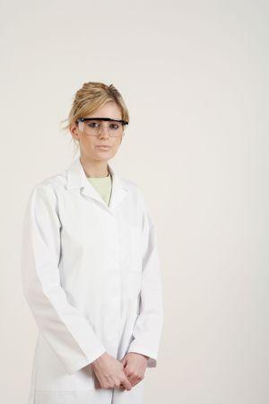 Mujer con bata de laboratorio y gafas de seguridad Foto de archivo - 4767069