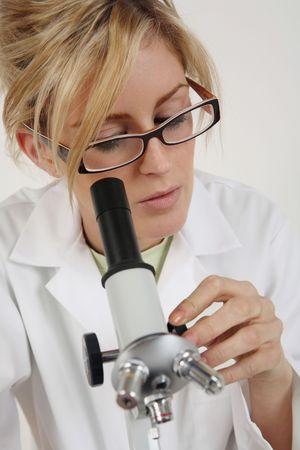 Mujer usando microscopio
