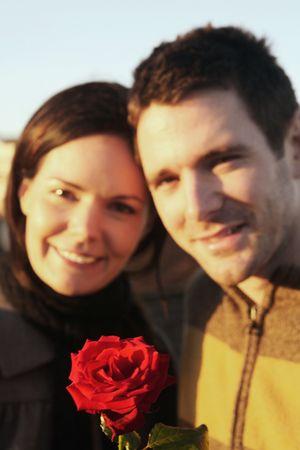 El hombre y la mujer con flor