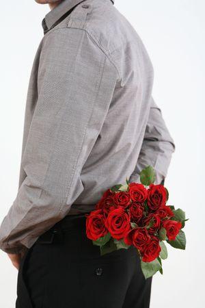 彼の背中の後ろに花の花束を持って男