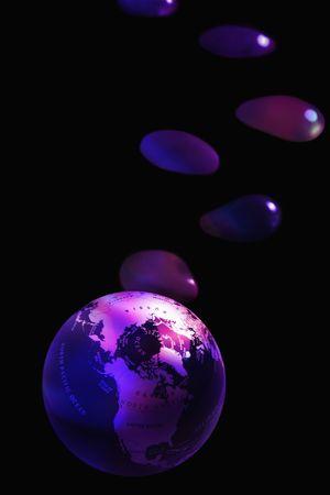 Globo con burbujas de agua sobre fondo negro Foto de archivo