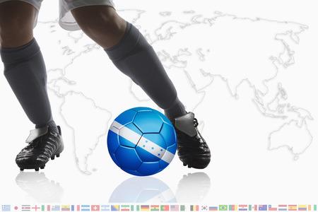 bandera honduras: El jugador de fútbol driblar una pelota de fútbol con la bandera de Honduras
