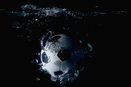 サッカー ボールの水の中にはね 写真素材