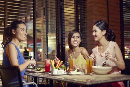 若い女性が一緒に食事 写真素材