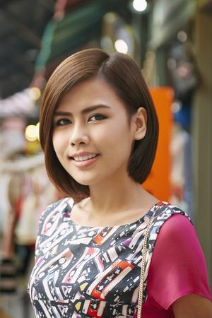 giovane donna: Giovane donna sorridente a porte chiuse