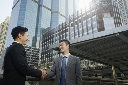 Los hombres de negocios que tienen un acuerdo
