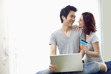 online: Couple shopping online