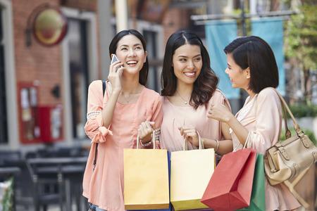 若い女性が一緒にショッピング 写真素材