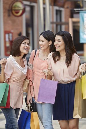 Las mujeres jóvenes de compras juntos