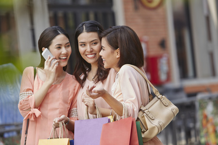 Young women shopping together 스톡 콘텐츠