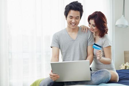 온라인 쇼핑 커플 스톡 콘텐츠 - 42369608