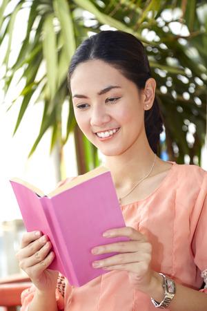 giovane donna: Giovane donna che legge un libro