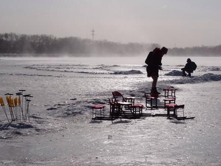 frozen lake: Mannen op bevroren meer