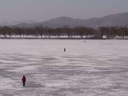 frozen lake: Bevroren meer op Summer Palace Beijing China