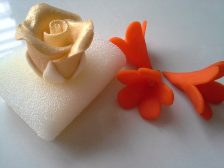 gum paste: Sugar flowers for cake deco