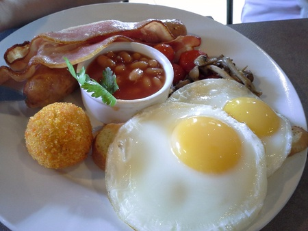 bacon baked beans: Big breakfast close up