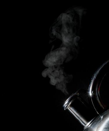 Ketel fluiten, kokende ketel, stoom, geïsoleerd op een zwarte achtergrond