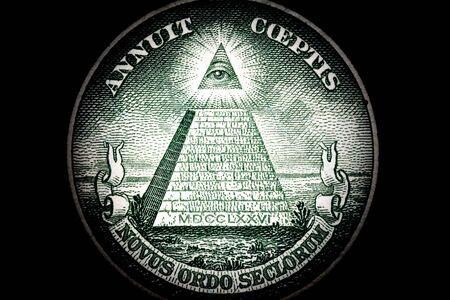 Primer plano de macro de pirámide en un billete de 1 dólar de los Estados Unidos aislado en un fondo negro. Detalle de un billete de un dólar. Gran tamaño.