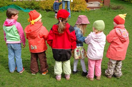 jardin de infantes: Un grupo de ni�os en edad preescolar juegan en el patio de recreo