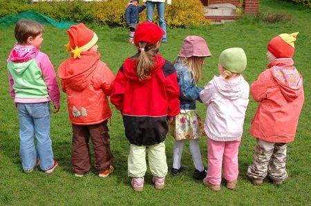 kinder: Un gruppo di bambini che giocano prescolare nel parco giochi Archivio Fotografico
