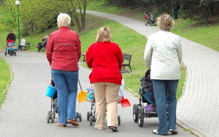 ni�os caminando: Las mujeres con hijos caminar en el parque