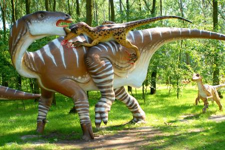 attacking: Deinonych atacar Iguanodon, ataque escena, los dinosaurios serie, Parque Jur�sico, la educaci�n, concepto