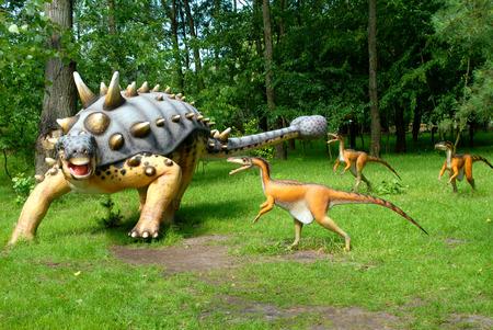 attacking: Troodon atacar Euoplocephalus, serie dinosaurios, Jurassic Park, la educaci�n, concepto  Foto de archivo