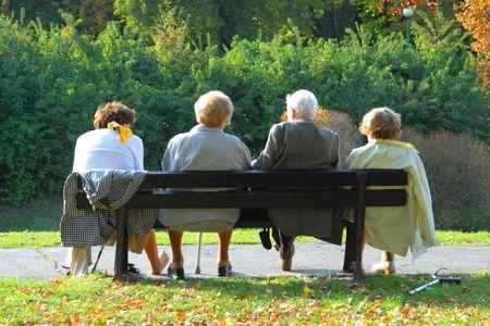 banc de parc: Les personnes �g�es de d�tente � l'automne parc