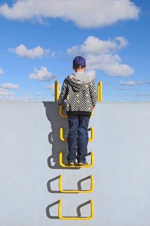 niño escalando: Infancia Foto de archivo