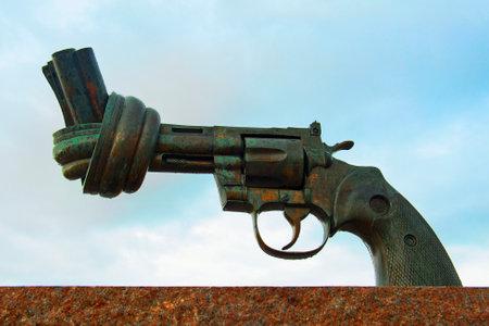 plats: MALMO, SWEDEN - JUNE 29  A bronze sculpture Non-Violence Carl Fredrik Reuterswärds on June 29, 2014 in Malmö  Editorial