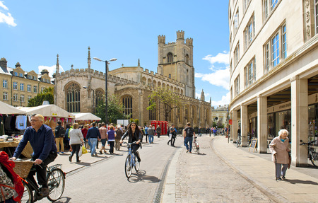 familia en la iglesia: CAMBRIDGE, INGLATERRA - 28 DE MAYO: Cuadrado del mercado y iglesia de St. Marys en Cambridge el 28 de mayo de 2015 en Cambridge