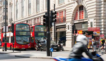 union familiar: LONDRES, INGLATERRA - 30 de mayo: -deckers dobles y motociclistas cerca de Piccadilly Circus el 30 de mayo, 2015, en Londres
