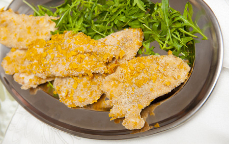 carne de pollo: La carne con pan rallado de maíz en la placa de plata Foto de archivo