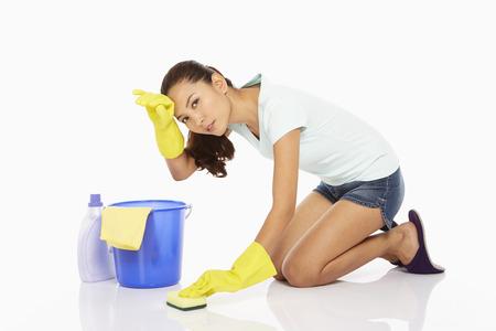 fregando: Mujer fregando el suelo, sinti?ndose agotada Foto de archivo